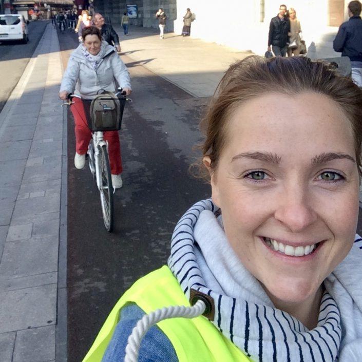 Foto van gids Petra op de fiets
